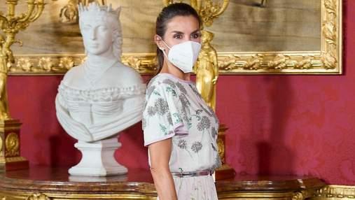 Летиція прийшла на ділову зустріч у ніжному образі: знімки королеви в блузці та спідниці