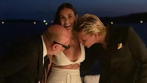 Деми Мур показала курьезную реакцию мужчин на ее платье с декольте: фото