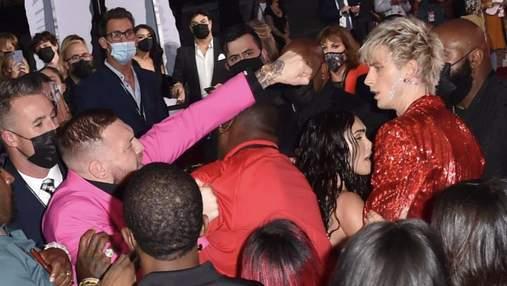 Конор МакГрегор и рэпер MGK устроили драку на церемонии вручения премии MTV: видео
