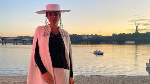 Катя Осадчая в шляпе с вуалью пришла на светское мероприятие: новые фото