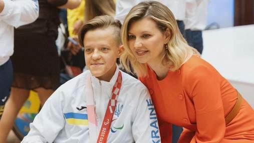 Олена Зеленська вийшла у світ в помаранчевій сукні: фото образу з зустрічі з паралімпійцями