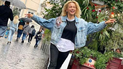 Лілія Ребрик прогулялась дощовим Львовом у стильному образі: фото зірки