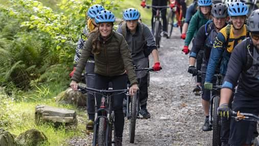 Покаталась на велосипеді та полазила на скелях: насичений день Кейт Міддлтон у фото