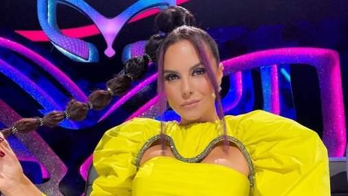 Настя Каменских показала яркий образ в желтом мини-платье: фото