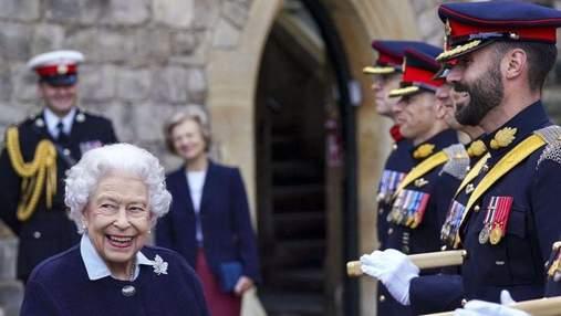 Королева Єлизавета II в синьому одязі позувала в Віндзорському замку: нові фото Її Величності