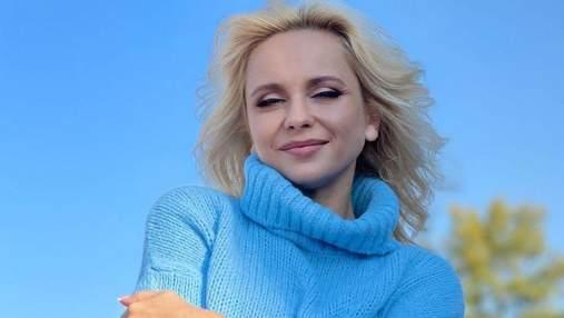 Лилия Ребрик позировала в теплом голубом свитере: фото осеннего образа
