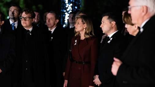 Елена Зеленская выбрала пальто винного цвета для церемонии в Бабьем Яру