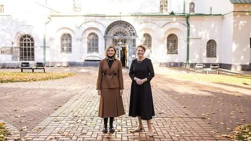 Олена Зеленська в карамельному костюмі провела екскурсію першій леді Німеччини: фото