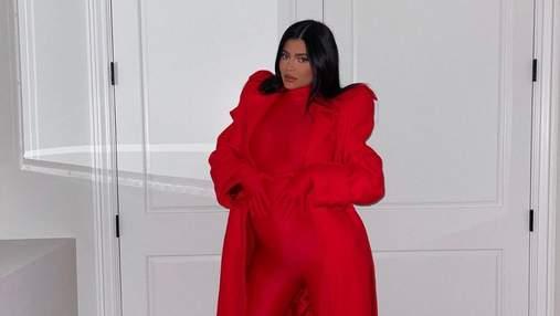 Кайлі Дженнер зачарувала фанатів total red образом в облягаючому комбінезоні: фото
