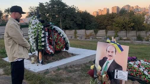 Сын Григория Чапкиса прилетел в Украину и побывал на его могиле: трогательное фото