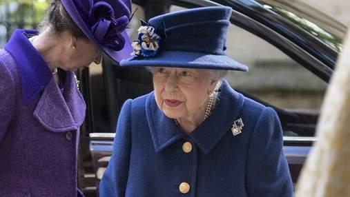 95-летняя Елизавета II впервые вышла в свет с тростью: редкие фото
