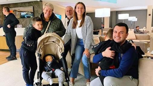 Дружина Григорія Решетника полетіла з батьками на відпочинок: фото з аеропорту