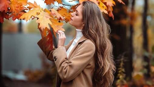 Жена Дмитрия Комарова позировала в коричневом пальто: фото осеннего образа