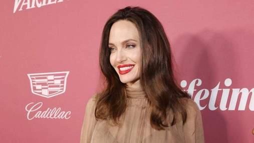 Анджелина Джоли встретилась с фанами в свитере с обнаженным плечом