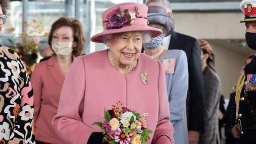 Єлизавета II вдруге за тиждень вийшла у світ разом з сином та невісткою: ніжний образ