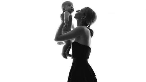 Дружина Віктора Павліка позувала у чуттєвій фотосесії з 4-місячним сином