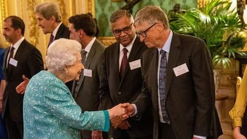 Королева Єлизавета II приймала гостей у Віндзорському замку: фото в бірюзовому костюмі